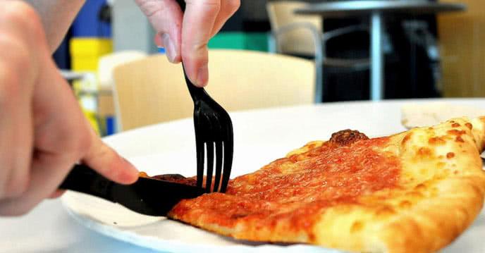 Khi ăn Pizza nên dùng tay mới ngon