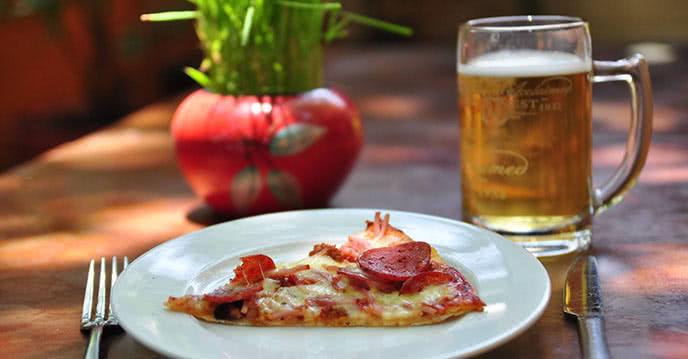 Ăn pizza uống kèm bia sẽ giữ được mùi vị bánh ngon nhất
