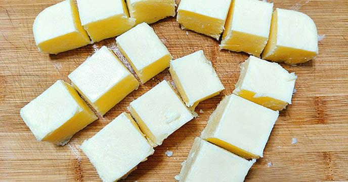 Cách làm bánh sữa tươi chiên - cắt bánh thành những miếng vuông vừa ăn