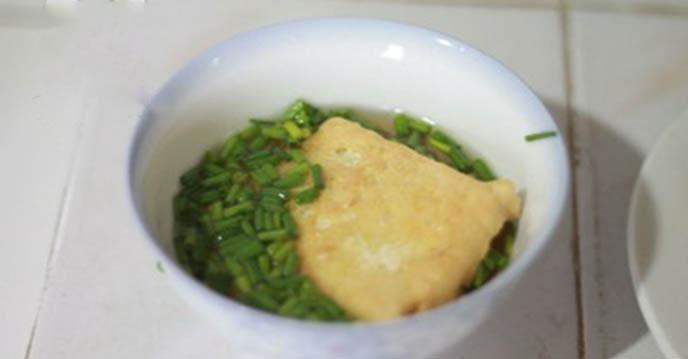 Cách làm đậu phụ rán tẩm hành - nhúng đậu vào bát nước mắm