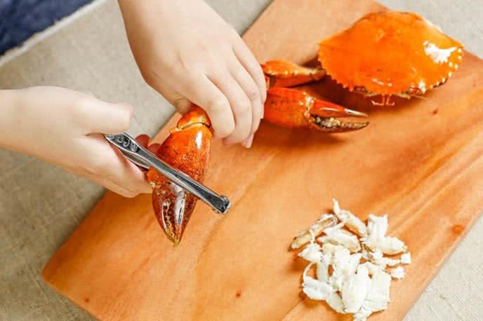Tách thịt cua - Cách làm miến xào cua biển