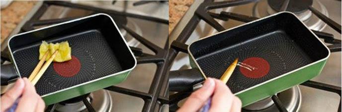 Cách làm trứng cuộn Nhật Bản - phết một lớp dầu mỏng