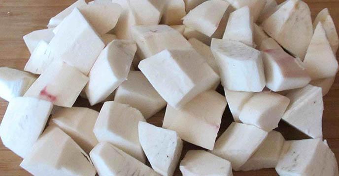 Cách nấu chè khoai môn nức cốt dừa - cắt khoai môn thành miếng vừa ăn
