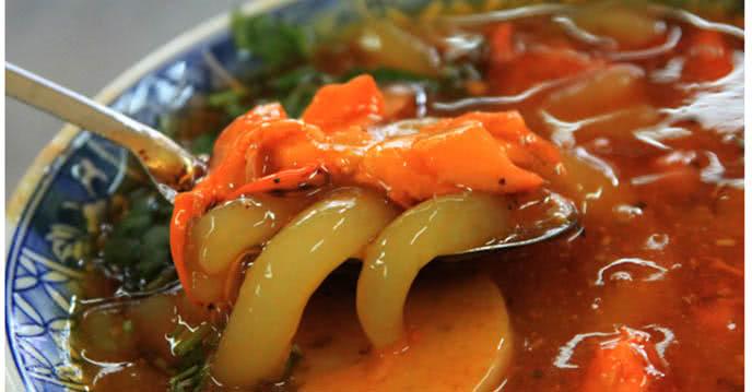 Tôm, cua, thịt trộn lẫn tạo thành màu sắc hấp dẫn cho món bánh canh