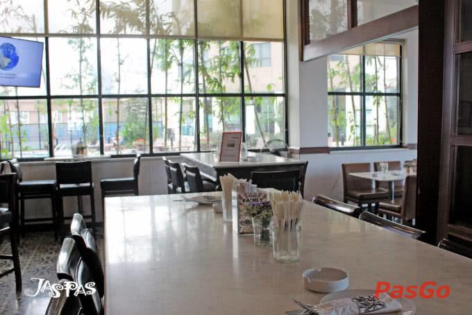 Đặc biệt, nhiều góc trong nhà hàng có view hướng ra hồ bơi mang đến cảm giác xanh trong mát lành cho những ngày Hà Nội đầy nắng.
