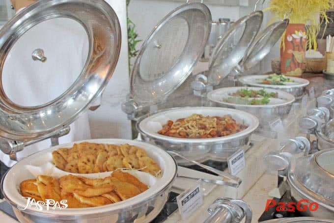 Tiệc buffet ở Jaspas với khoảng 40 món thay đổi hằng ngày khiến thực khách thích mê.
