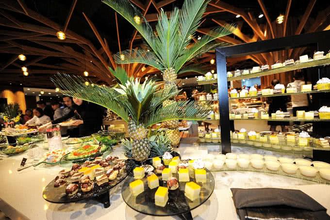 Bàn buffet với những món ăn hấp dẫn - buffet bay hoàng ngân